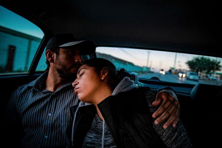 Adriana se recuesta en el hombro de su novio Miguel; la pareja busca un ginecólogo obstetra ...