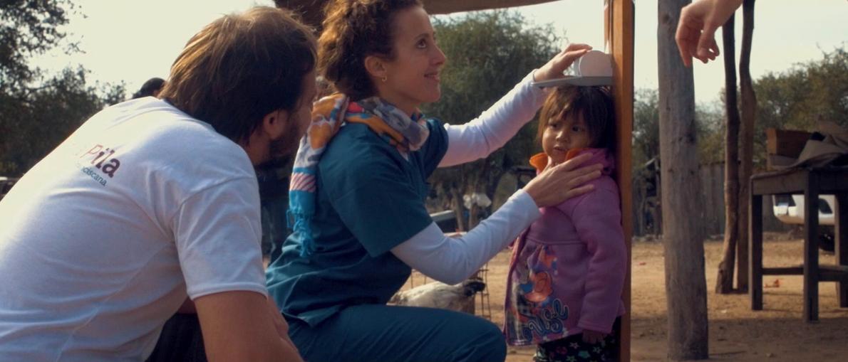 La nutricionista María del Milagro realizando el diagnóstico nutricional de una niña de 3 años en ...