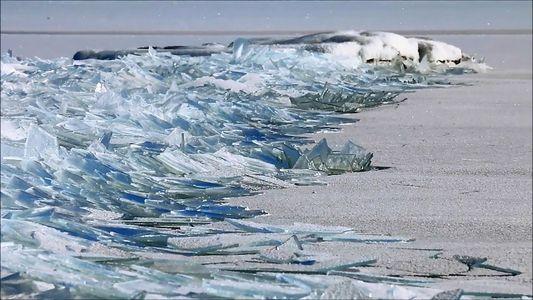 Extraños y hermosos fragmentos de hielo se apilan en un lago de Minnesota