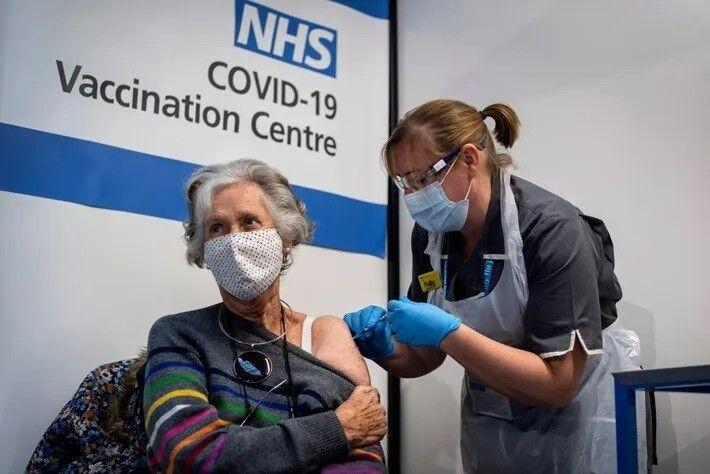 La Dra. Doreen Brown, de 85 años, recibe la primera de dos inyecciones de la vacuna ...