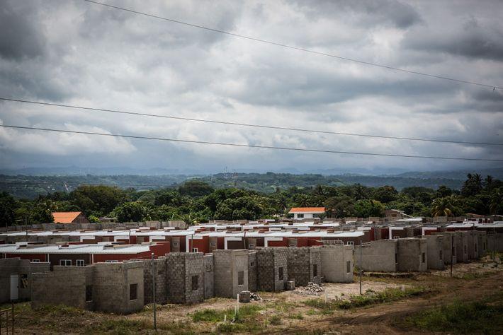 La construcción de 700 viviendas y del centro comercial Acrópolis Sonsonate se ha detenido por temor ...