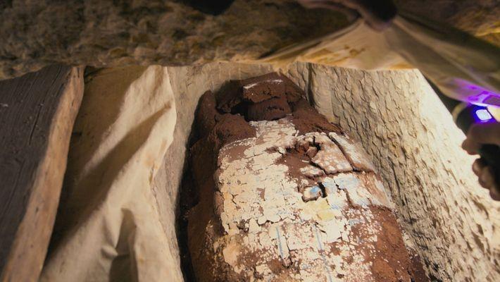 El yeso pintado decora el ataúd de madera de una mujer llamada Tadihor. Los jeroglíficos del ...