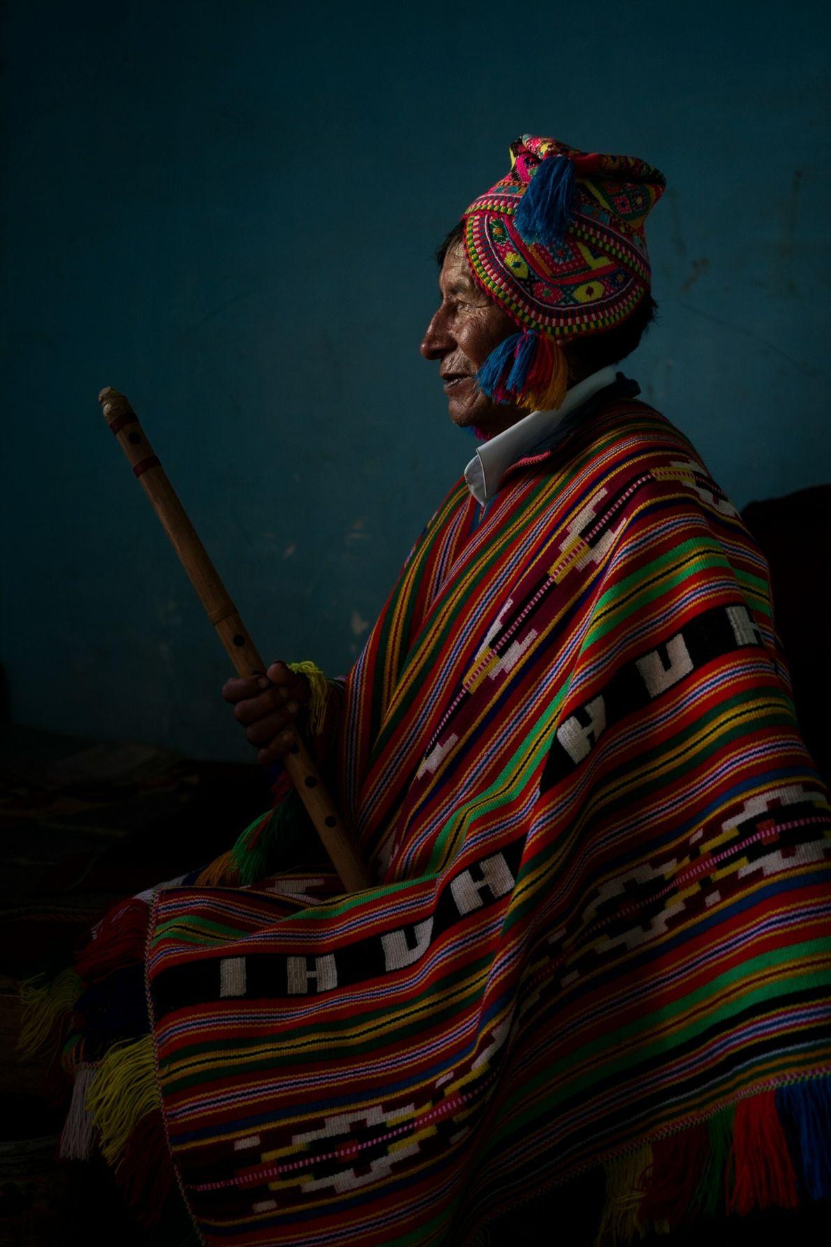 Alejandro Quispe Huaman, tiene 70 años y es músico de la comunidad de Huarahuara. Aquí posa para ...