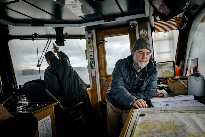 En el ferry Yaghan, el ecologista chileno Ricardo Rozzi examina un mapa con atención. Rozzi había ...