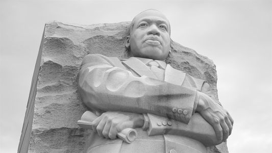 Mira de cerca el monumento a Martin Luther King Jr.