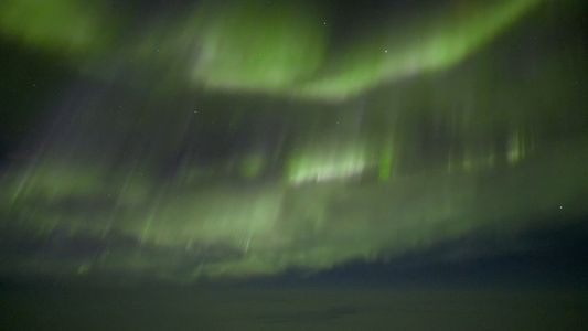 Mira la belleza de una aurora boreal desde la cabina de vuelo