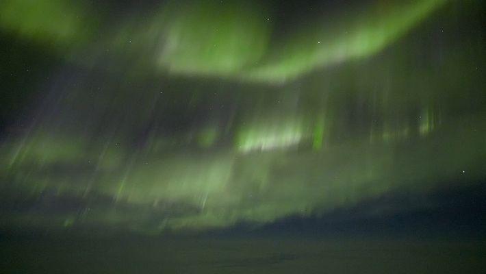 Mira la belleza de la aurora boreal desde la cabina de vuelo