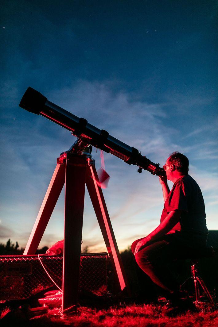 Un astrónomo amateur monta su telescopio luego de la puesta del sol en Stellafane.