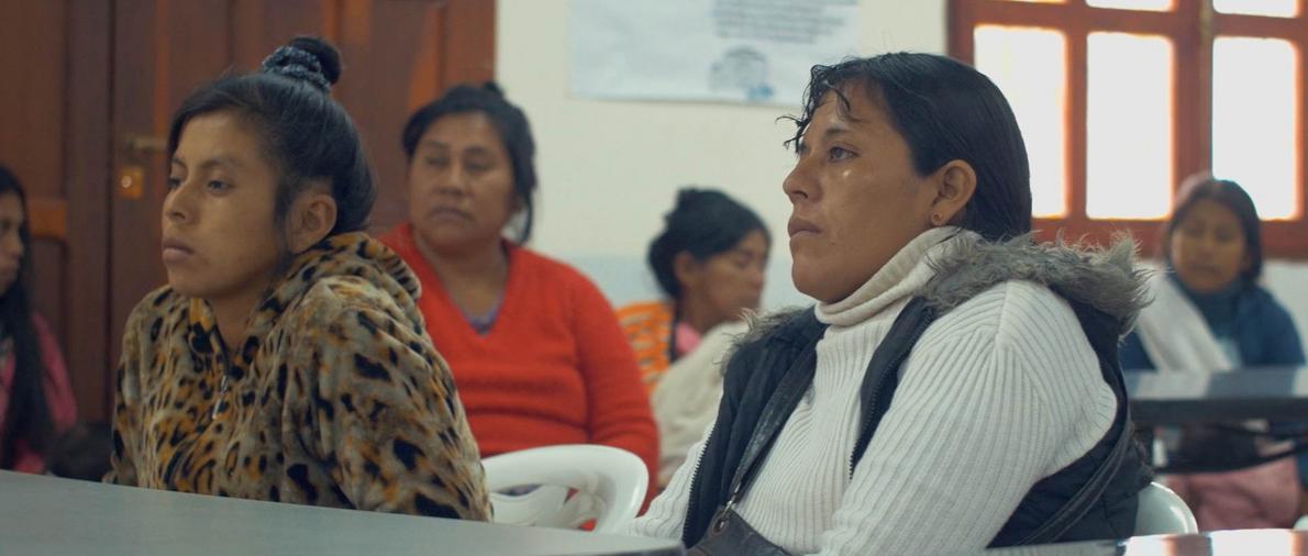 Grupo de madres de Fortín Dragones atentas a la charla de nutrición adecuada dictada por un ...