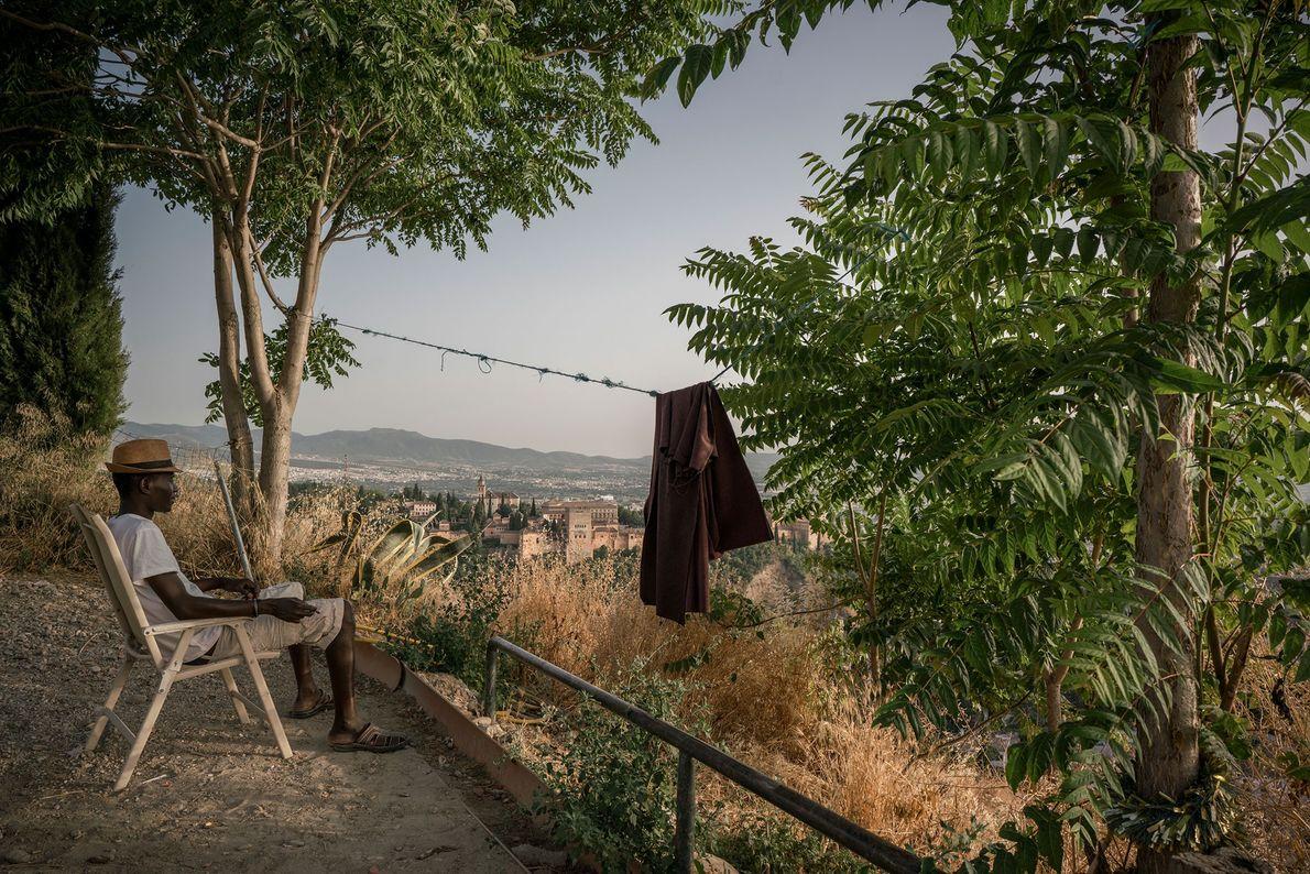 Sergine Mourtalla Mbacke, un inmigrante senegalés, mira a lo lejos la ciudad de Granada y el ...
