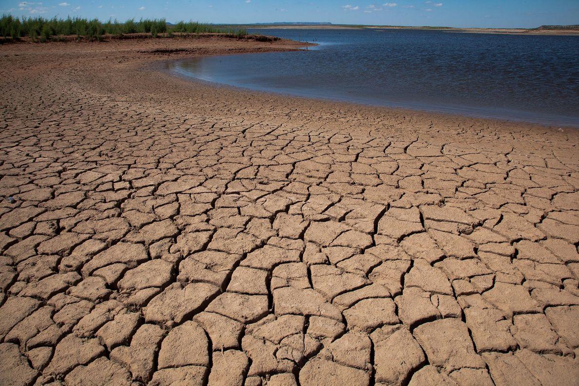 El E. V. Spence Reservoir en Robert Lee, Texas, luego de una prolongada sequía. Del artículo ...