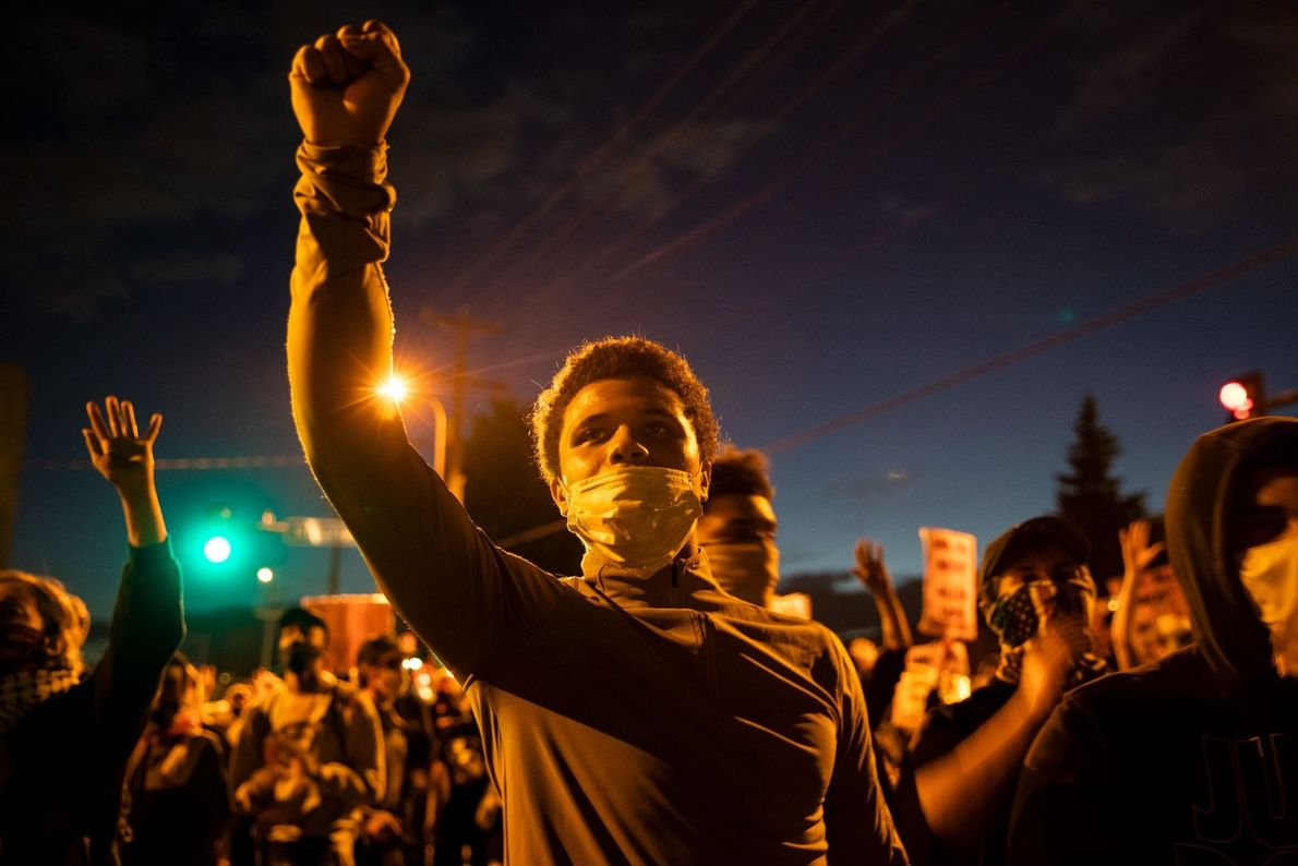 El viernes 29 de mayo los manifestantes se reunieron frente a una comisaría en Minneapolis para exigir ...