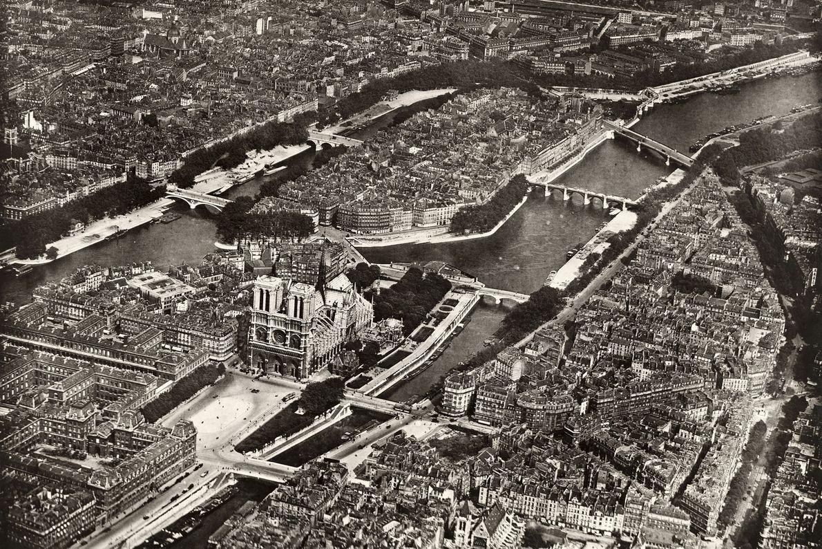 En el centro de París, la Catedral de Notre Dame es una de las atracciones turísticas ...