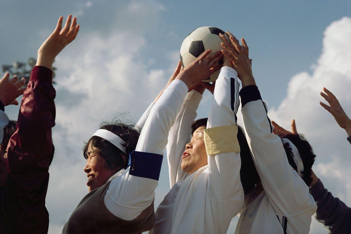 Mujeres de diferentes clubes de atletismo compiten entre ellas en un evento deportivo anual en Honshu, ...