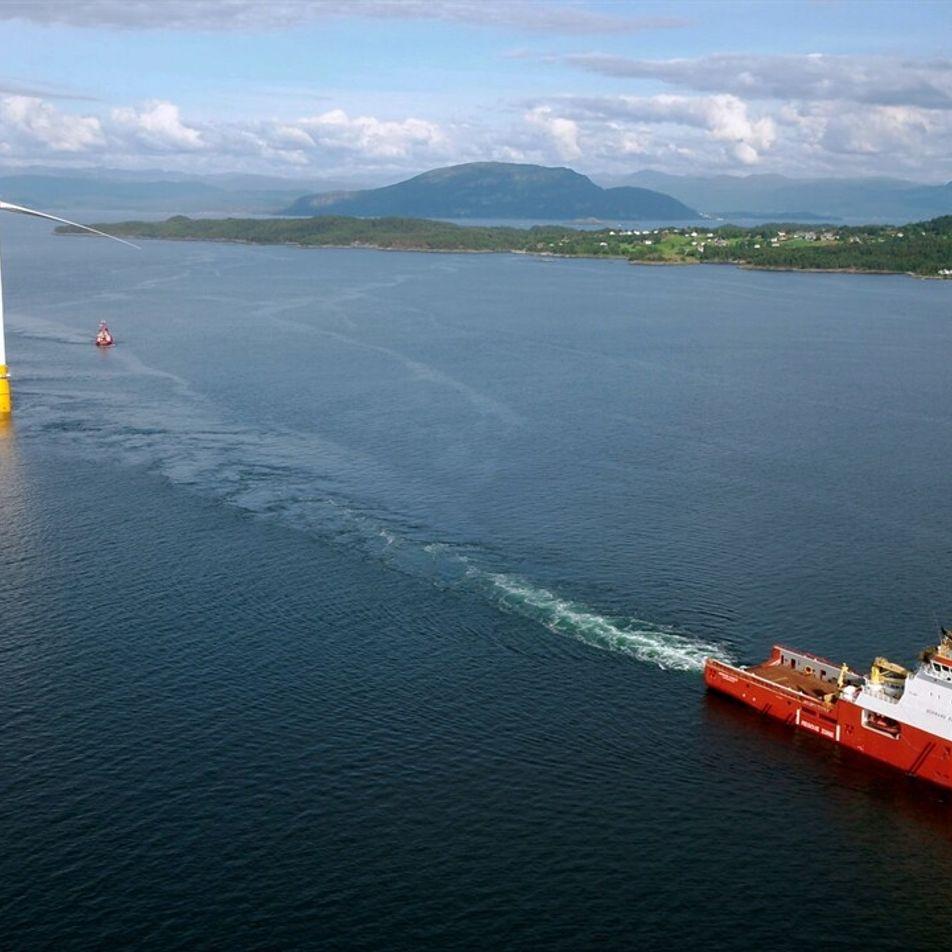 Conoce el primer parque eólico flotante del mundo surcando las olas