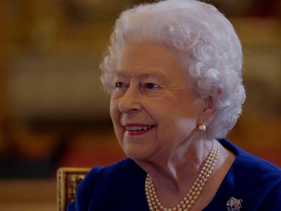 La reina Isabel II revisa por primera vez su coronación | La Coronación