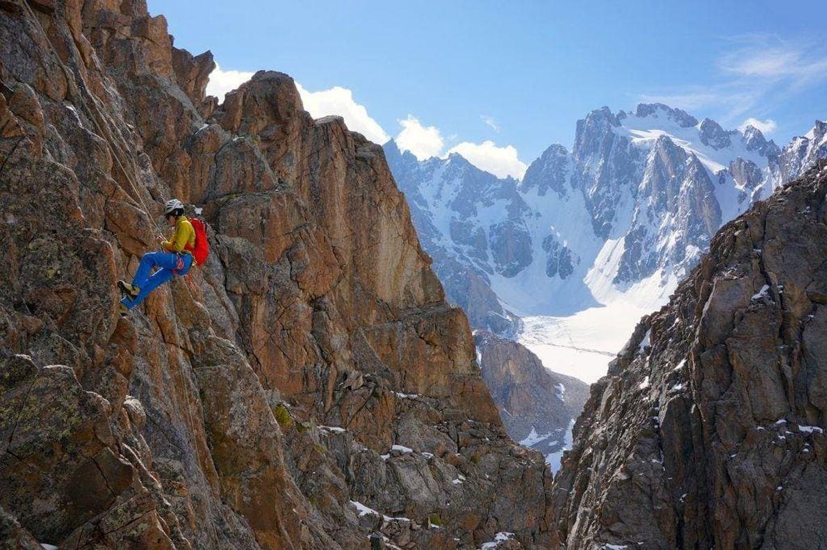 Descenso desde la cima del Raceka, parque nacional Ala Archa, Kirguistán.