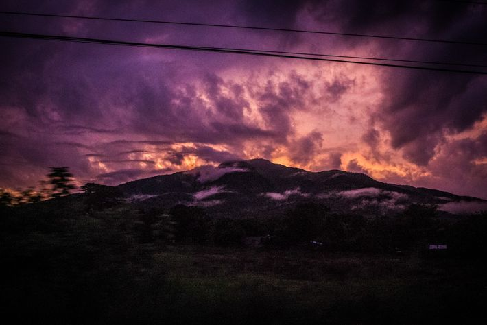 El sol sale sobre un volcán en El Salvador.