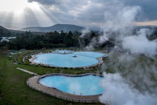 Después de alimentar las turbinas en Olkaria, el vapor geotérmico se condensa a líquido y la ...