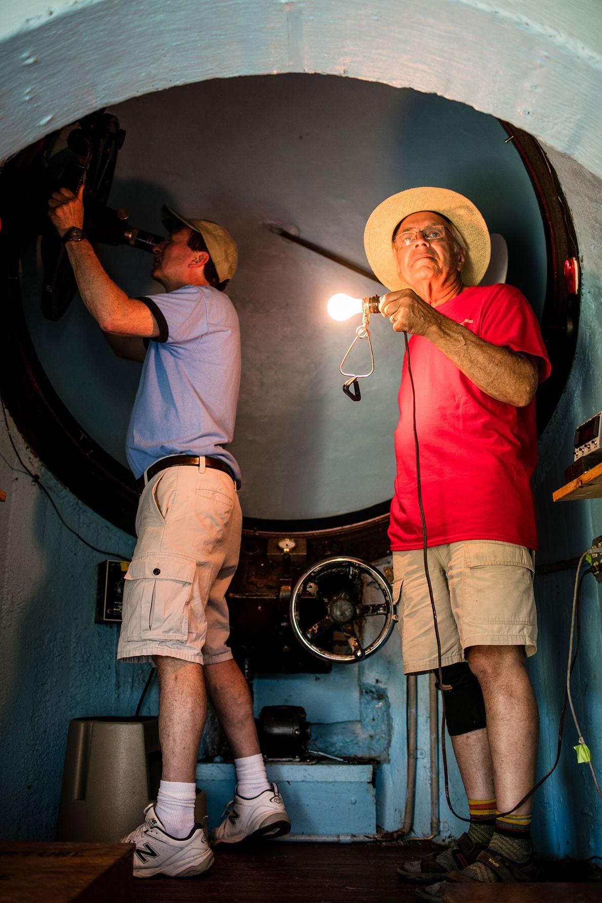 Integrantes de Stellafane ajustan un telescopio que se encuentra en un domo.