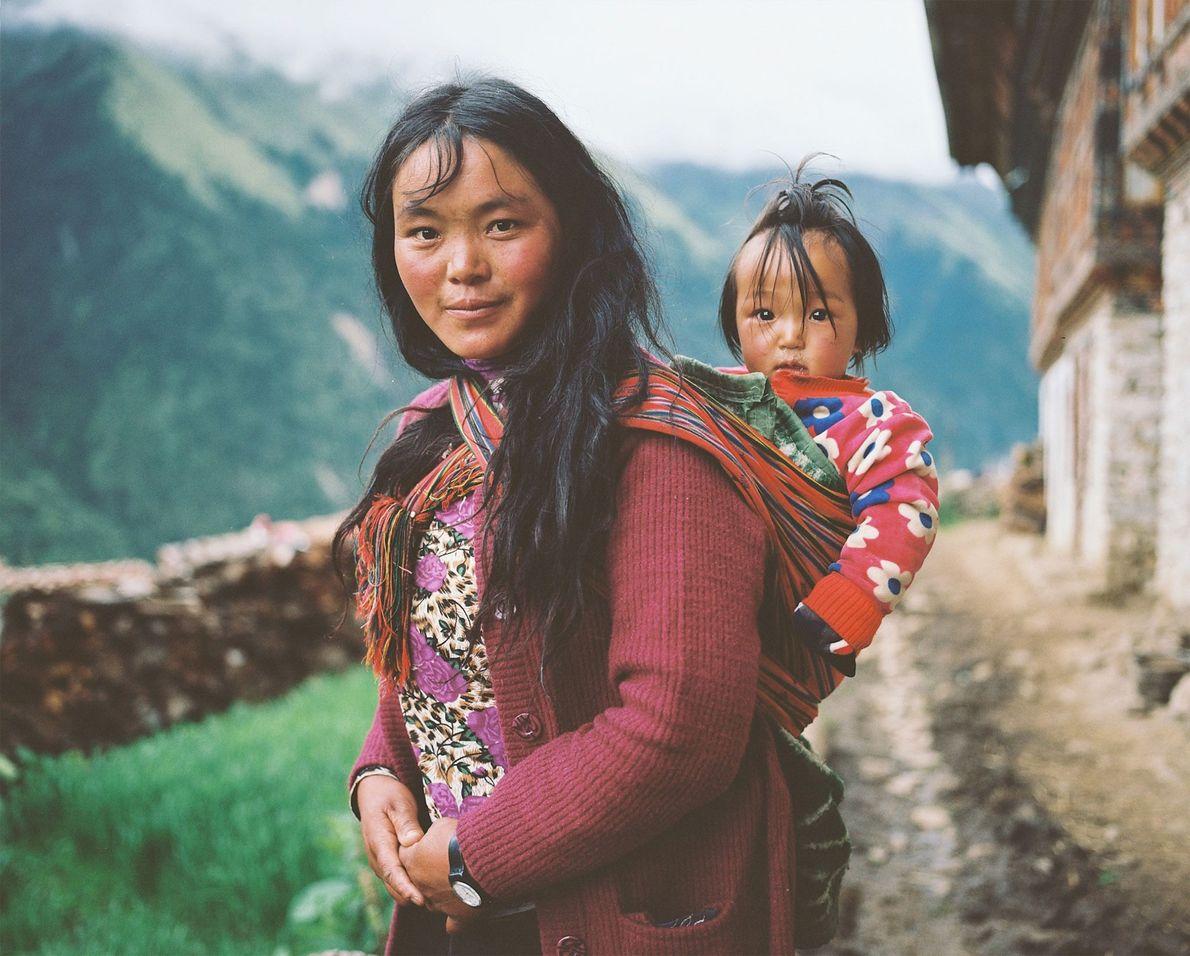 Una mujer de Laya lleva a su hija a la espalda.