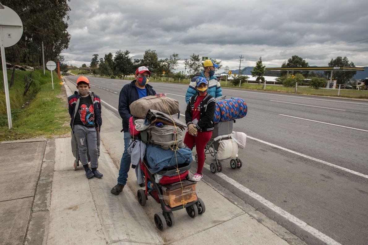Después de perder sus trabajos debido al encierro del COVID-19, José Manuel González (izquierda), Jhonathon Estrada, ...