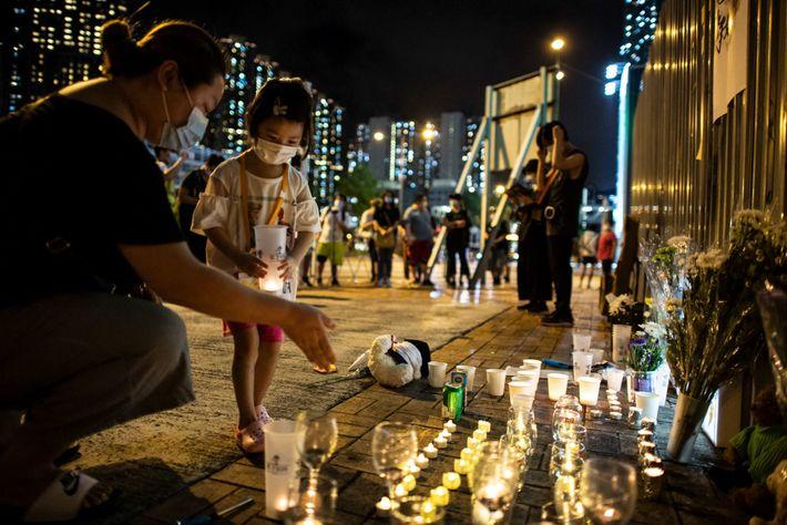 La gente rinde homenaje a Alex Chow, un manifestante estudiantil que murió el 8 de noviembre ...