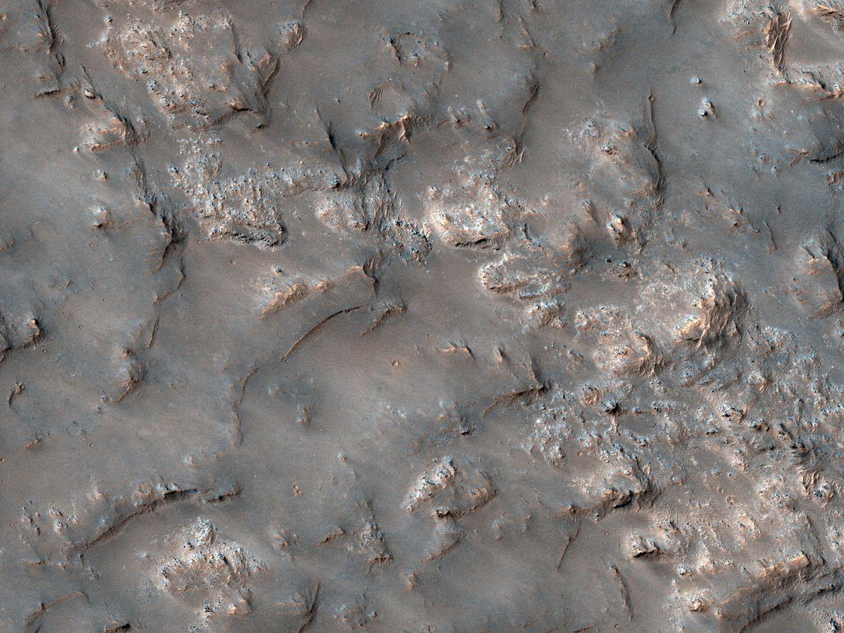 Lecho rocoso parcialmente expuesto en el interior de la cuenca del Koval'sky.