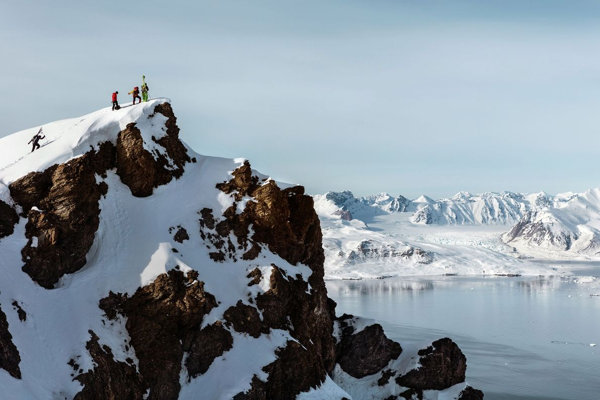 Los glaciólogos franceses y austriacos llevan el equipo de escaneo a láser a una cresta que ...
