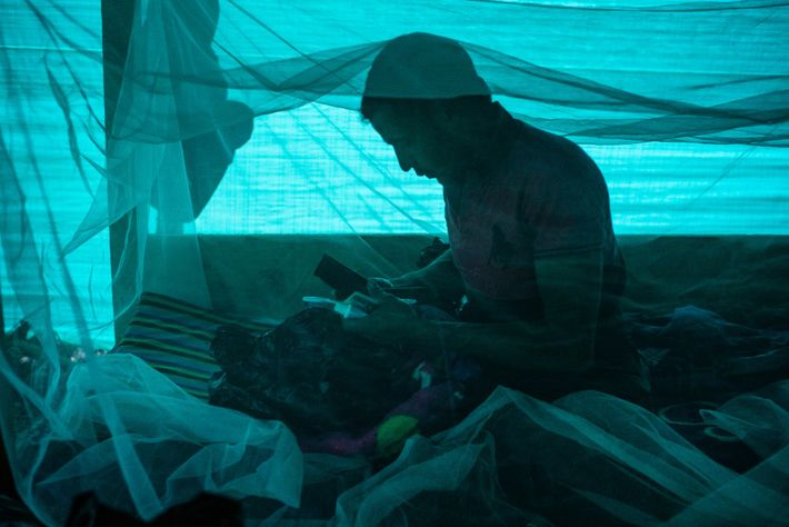 Jorge Blanco Escobar prepara su equipo dentro de su barraca en el campamento de expedición. Blanco ...