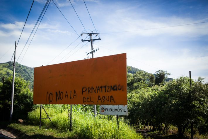 "Este cartel en Tanacatepeque dice ""No a la privatización del agua""."
