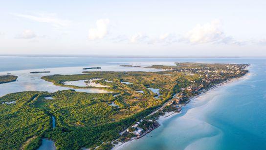 A veinte minutos de la costa de la península de Yucatán en México, la Isla Holbox ...