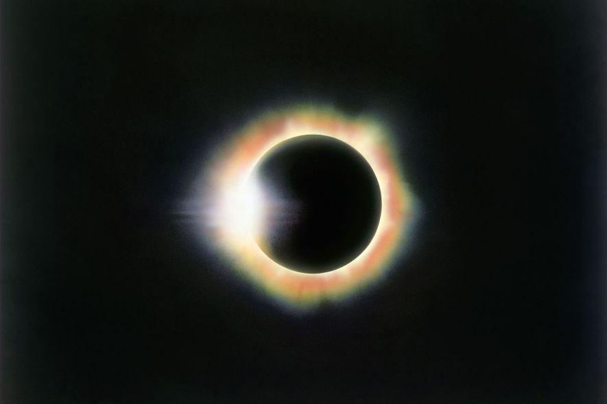Esta fotografía del efecto de anillo de diamante fue sacada durante un eclipse visto desde Miahuatlán, …