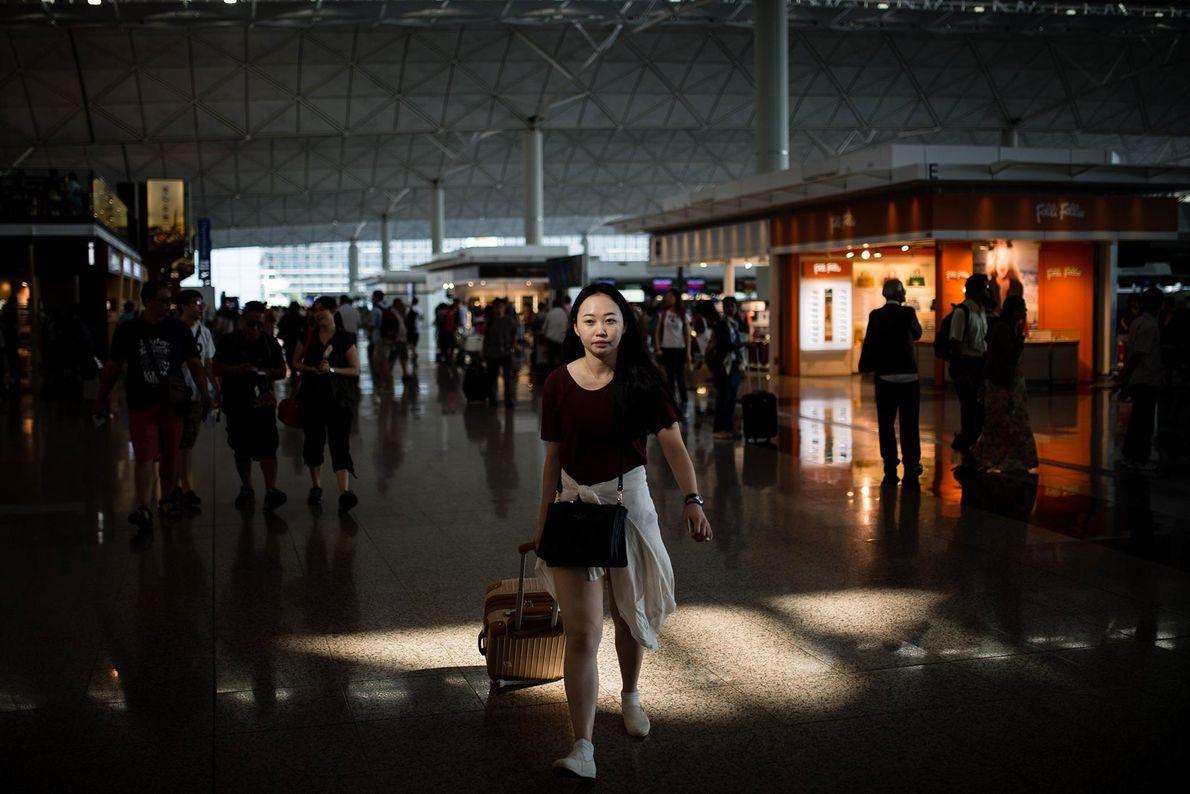 Un tragaluz desciende en la Terminal 1 de Hong Kong International, pintando un volante anónimo con ...