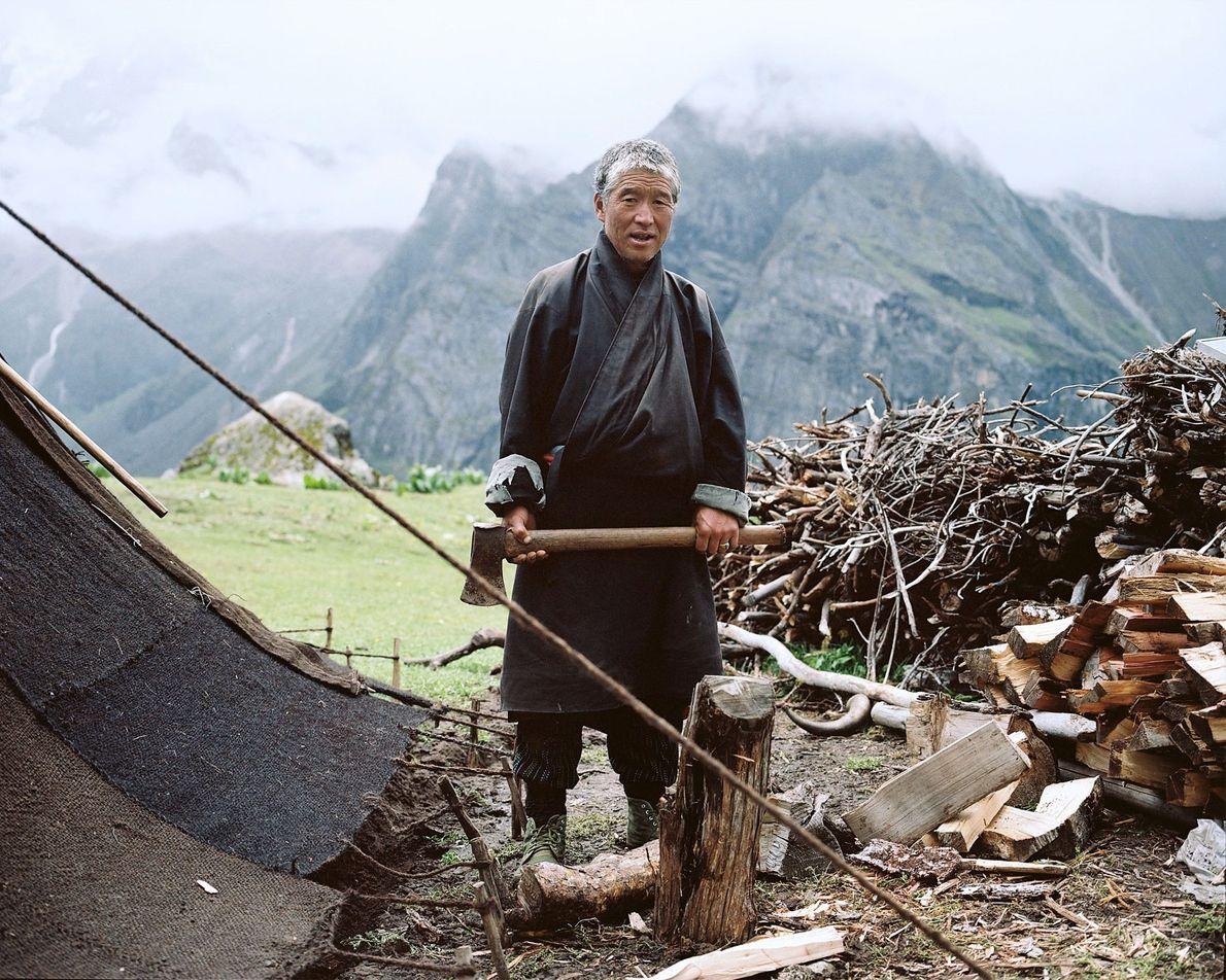 Tshering prepara la madera en su campamento de verano cerca del glaciar Masangang. No está seguro ...