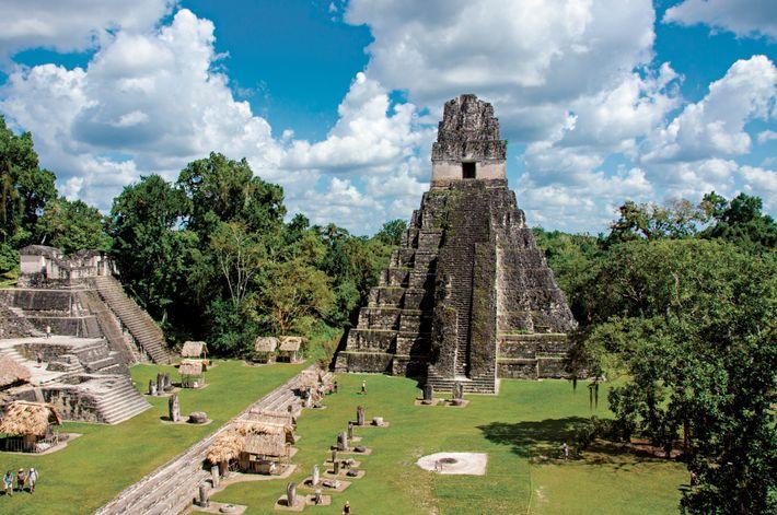 El Templo del Gran Jaguar se eleva sobre la plaza principal de la antigua ciudad maya ...