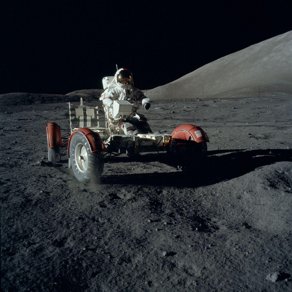 El Lunar Roving Vehicle (vehículo de exploración lunar) de la misión del Apolo 17 recorrió alrededor ...
