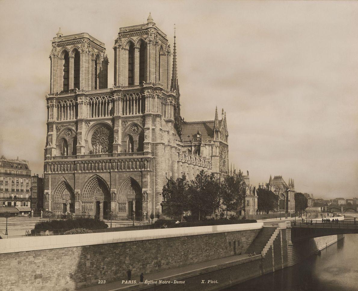 Ubicada en el río Sena, la Catedral de Notre Dame (que se muestra aquí en la ...