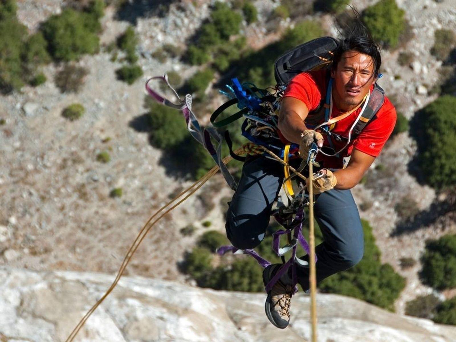 Jimmy Chin, director de documentales y aventurero,  escala el Pacific Ocean Wall de El Capitán en el ...