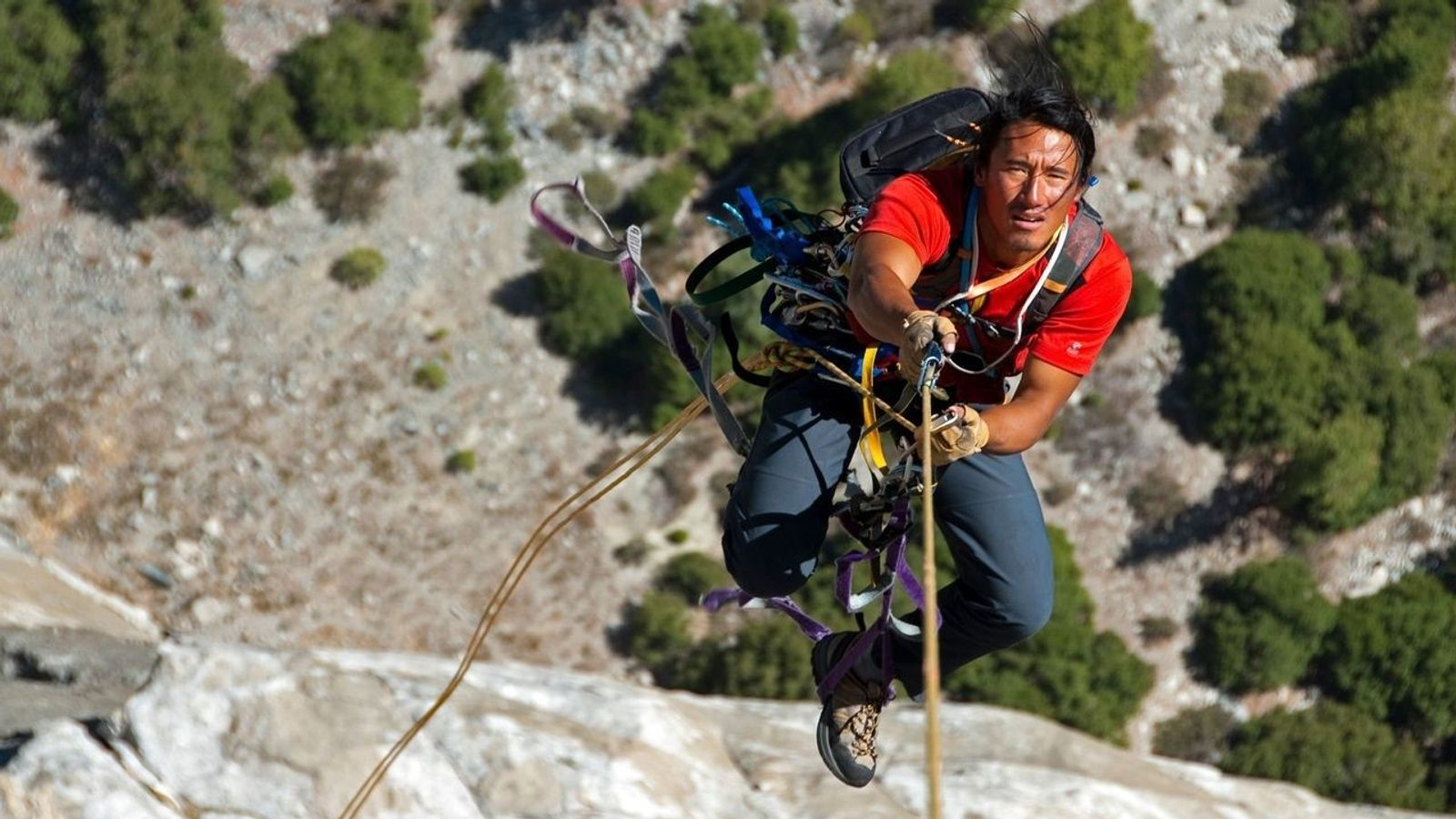 Jimmy Chin, director de documentales y aventurero,  escala el Pacific Ocean Wall de El Capitán en el ...