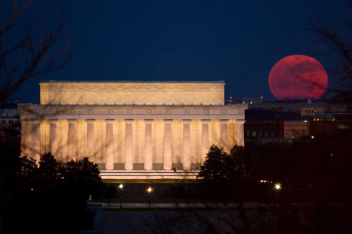 Una superluna se eleva cerca del Lincoln Memorial en Washington, DC, el 19 de marzo de ...