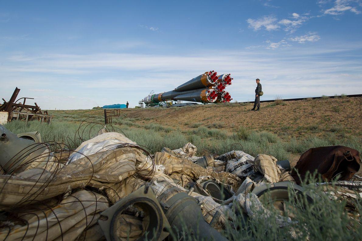 La nave espacial Soyuz TMA-04M se lanza en tren a la plataforma de lanzamiento en el ...