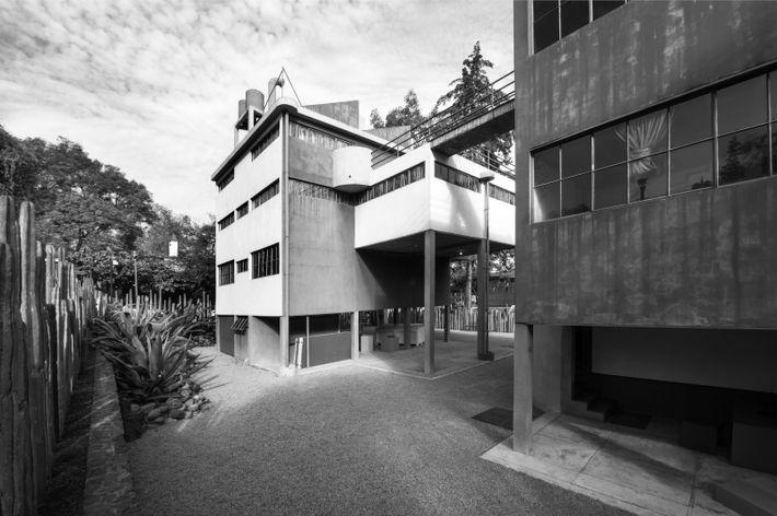 El conjunto funcionalista de San Ángel resalta entre las construcciones de la zona. Sus fachadas sencillas, ...