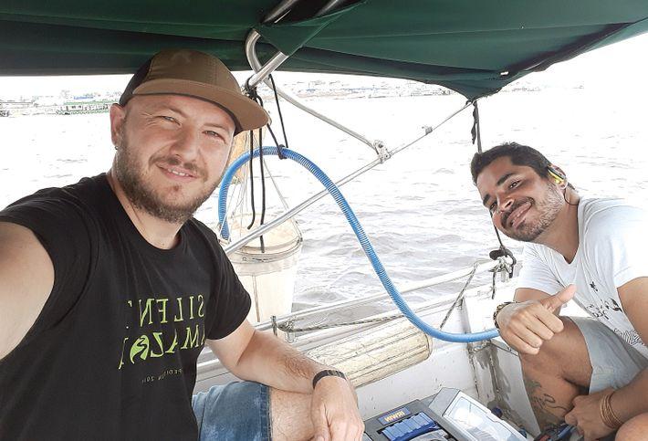 Pausa para una selfie: los investigadores Andreu Rico (izquierda) y Gabriel Nunes (derecha) durante la Expedición ...