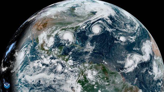 El lunes por la mañana, un satélite de la NOAA identificó cinco sistemas de tormentas en ...