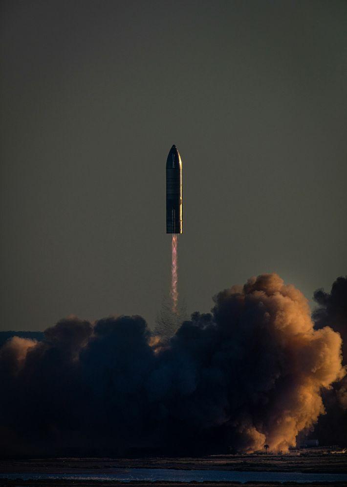 El prototipo de nave espacial de SpaceX, número de serie 8 (SN8), despega sobre la playa ...