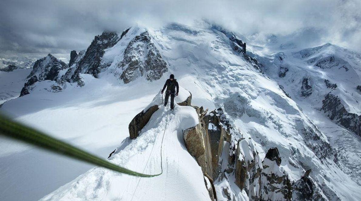 En la cima de Arête des Cosmiques en los Alpes del Mont Blanc en Chamonix, Francia.