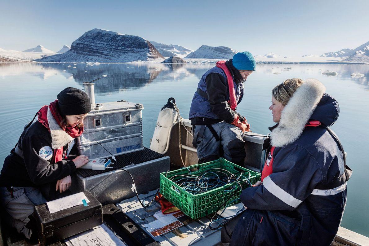 Las biólogas alemanas, Clara Hoppe (centro), Klara Wolf (izquierda) y Laura Wischnewski (derecha) toman medidas bajo ...