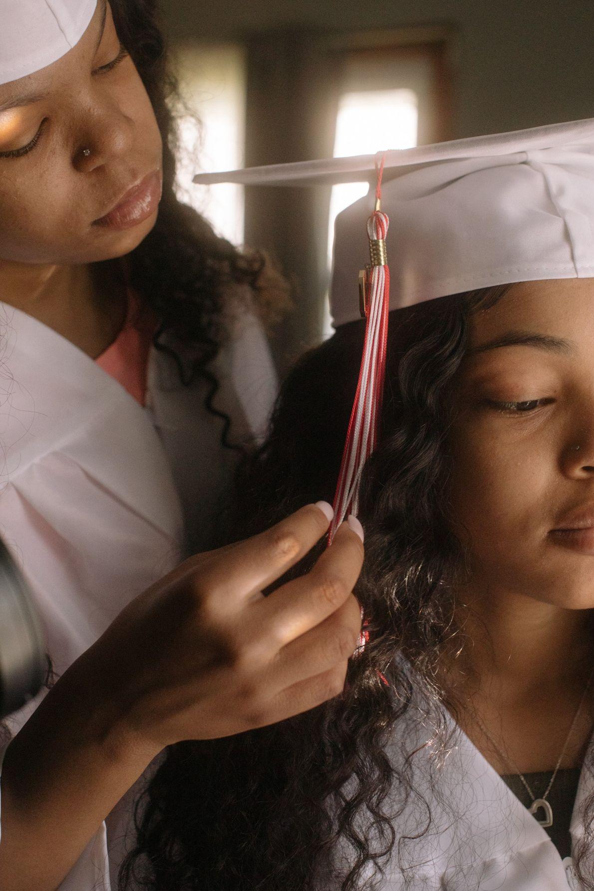 La mañana de su graduación, Anaste Berry y su hermana gemela, Zakiria Berry (18) se preparan ...