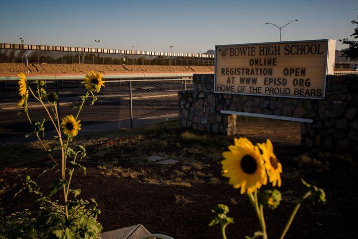 El muro fronterizo que separa a Estados Unidos y México se encuentra justo detrás de Bowie ...